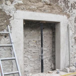 ouverture en façade, détail du cadre en béton teinté mélange sur mesure